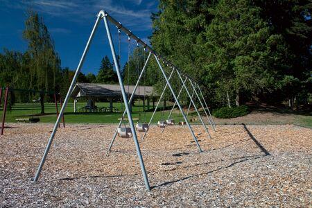 大規模な幼児スイングは安全のための吠え声の根おおいを美しい公園で設定します。