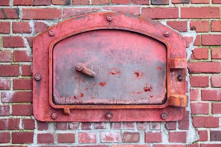 The old red door of the brick incinerator, from the turn of the 20th century. 版權商用圖片