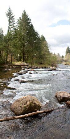 De Witte water en kayak slalom verloop van de ceder River nabij Renton, Washington, Verenigde Staten.
