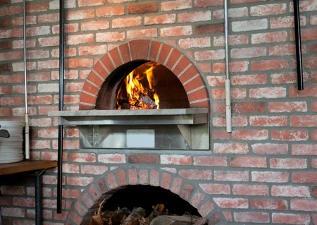 A wood-fired pizza oven in the classic Napoli style. Foto de archivo