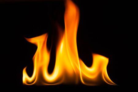 resplandor: llamarada de fuego aislado en fondo negro