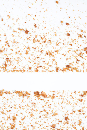 Fondo degli scarti del biscotto isolati su fondo bianco.