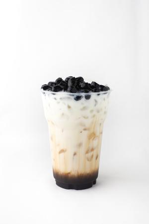 Té de leche boba aislado (gelatina buble negra).