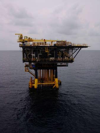 yacimiento petrolero: Plataforma de producción costa afuera del petróleo y del gas en el Día de Couldy