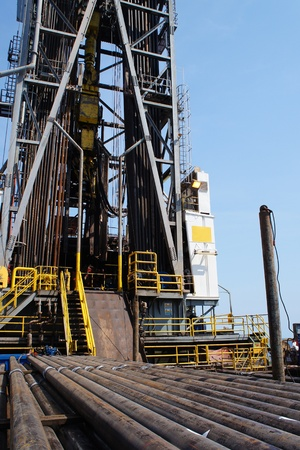 Jack Up Offshore Drilling Rig With Casing Laying On The Cantilever Deck Stockfoto