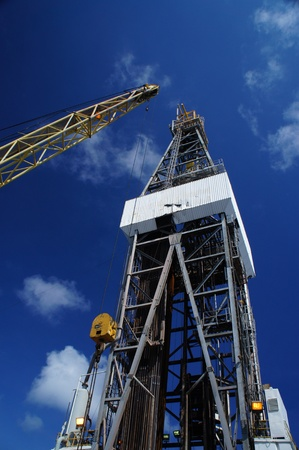 Offshore Oil Rig (Jack Up Rig) y Rig Gr�a con cielo azul photo