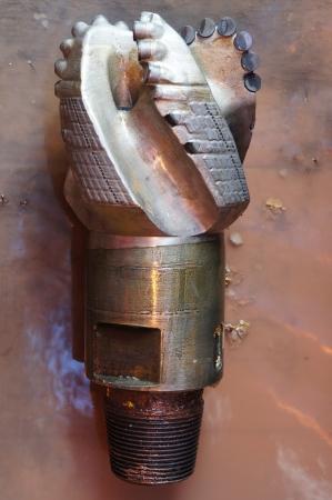 Damaged PDC drilling bit on the rig floor Standard-Bild