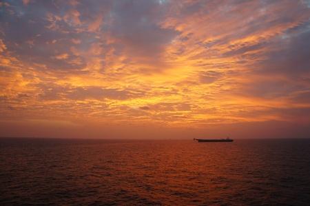 camión cisterna: Petrolero costa afuera en el medio del mar al atardecer Foto de archivo