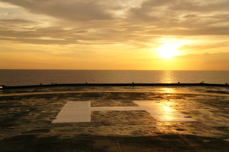 Helideck of Oil Drilling Rig At Sunset Time Standard-Bild