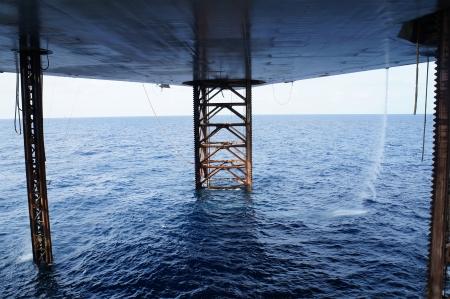 torres petroleras: Debajo de Jack Up Máquina perforadora En El Mar - Industria del Petróleo y Gas