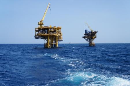 torre de perforacion petrolera: Dos plataformas de producción costa afuera del petróleo y del gas Foto de archivo