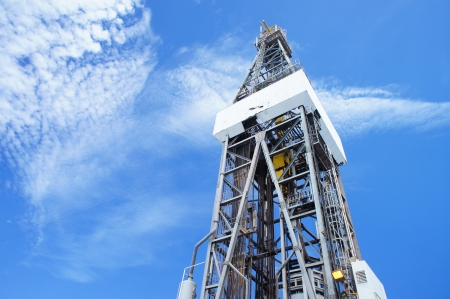 Levantar Drilling Rig Derrick en d�a soleado photo