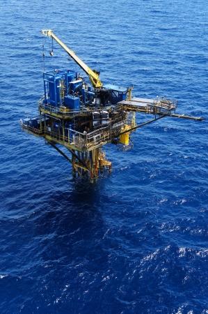 barril de petróleo: Three Legged Petróleo y Gas Producción Plataforma Remota Foto de archivo