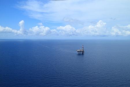 torre de perforacion petrolera: Vista a�rea de la costa Jack Up plataforma de perforaci�n en el medio del oc�ano