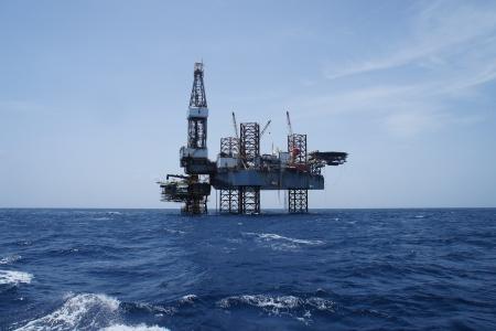 pozo petrolero: Marina Jack Up Plataforma de perforación de petróleo y la plataforma de producción en el medio del océano Trabajo de Petróleo para el Desarrollo del Proyecto Foto de archivo