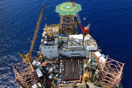 yacimiento petrolero: Vista superior de la plataforma de perforación costa afuera Hacia la helicubierta Foto de archivo