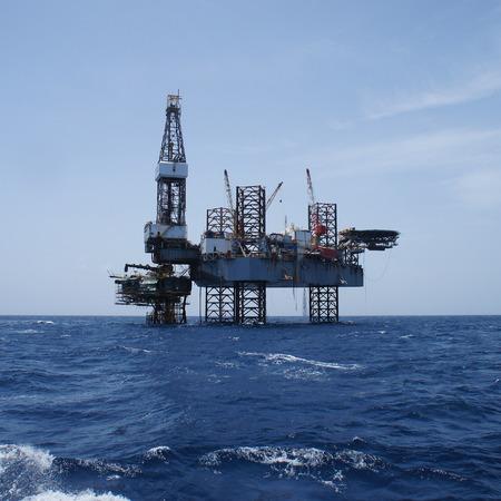 torres petroleras: Rig Marino Jack hasta la perforación petrolífera y la plataforma de producción en el medio del Proyecto de Desarrollo de Petróleo Océano Para Trabajo Foto de archivo