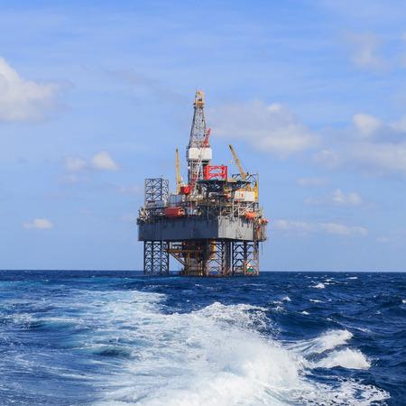 trabajador petrolero: Marino Jack Hasta plataforma de perforación sobre la plataforma de producción en el medio del mar Foto de archivo