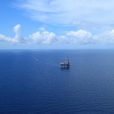 pozo petrolero: Vista aérea del Marino Jack Hasta plataforma de perforación en el medio del océano Foto de archivo