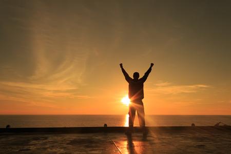 silueta hombre: Silueta de imagen de hombre feliz Mostrando Acción Ganador Foto de archivo
