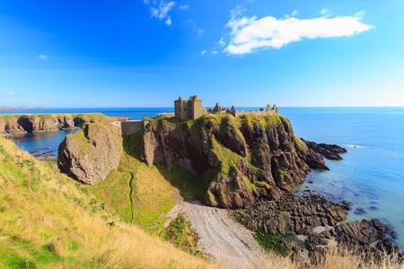 castillo medieval: Castillo Dunnottar con cielo azul en - Stonehaven, Aberdeen, Escocia Reino Unido