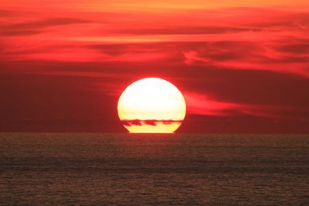 日没の大きな太陽