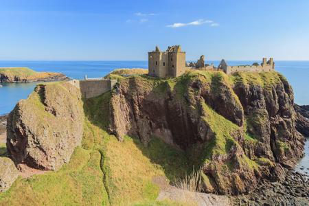 dunnottar castle: Dunnottar Castle with blue sky in - Stonehaven, Aberdeen, Scotland UK