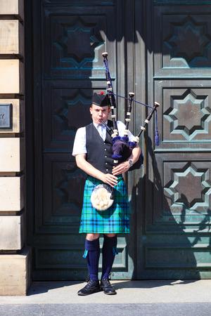 gaita: Edimburgo, Escocia - 29 de mayo, 2016: Un escocés vistiendo traje tradicional escocés tocando la gaita a lo largo de la Royal Mile de Edimburgo, el 29 de marzo de 2016.