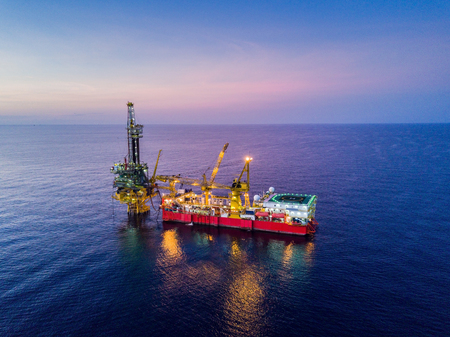 Aerial View of Tender Drilling Oil Rig (Barge Oil Rig) in The Middle of The Ocean at Surise Time Standard-Bild