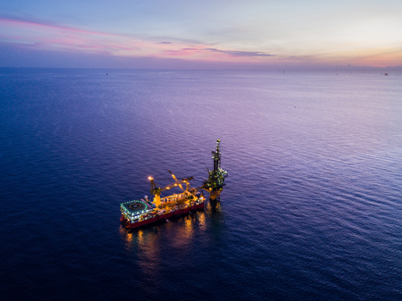 Aerial View of Tender Drilling Oil Rig (Barge Oil Rig) in The Middle of The Ocean at Surise Time Stockfoto