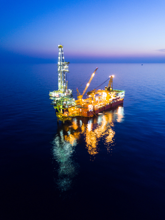 Aerial View of Tender Drilling Oil Rig (Barge Oil Rig) in The Middle of The Ocean at Sunrise Time Standard-Bild