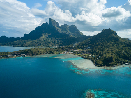 Blue lagoon and Otemanu mountain at Bora Bora island, Tahiti, French Polynesia 免版税图像