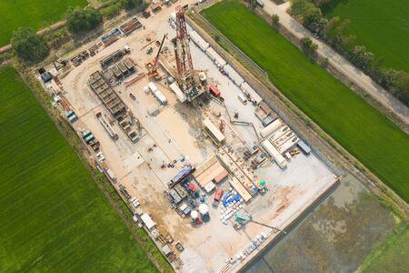 Öl- und Gas-Landbohrinsel an Land mitten in einem Reisfeld-Luftbild von einer Drohne Standard-Bild