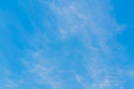 El cielo azul con el fondo de nubes que ponen en contraste es una imagen que invita.