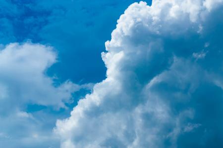 Der Himmel mit den Wolken, die sich im Wind bewegen, ist eine kleine Gruppe von Wolken. Standard-Bild