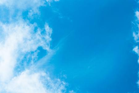 In der Luft schwebende Wolken sind attraktive Bilder an einem guten Tag.