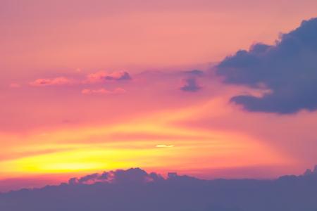 Heißes Wetter, Wolken bunt vor Sonnenuntergang.