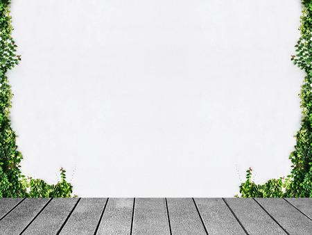 Tabla de madera de la planta de hiedra verde blanca de la pared. Foto de archivo - 36854508