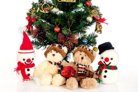 osos navide�os: Snow Man bears and Christmas trees on a white background.