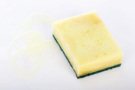 lavar platos: Estropajos con un líquido para lavar platos en los moldes.