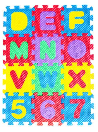 piezas de rompecabezas: Alfabeto rompecabezas aislados sobre fondo blanco. Foto de archivo