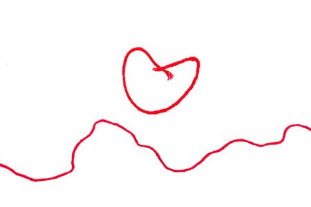hilo rojo: red thread wit heart sign isolated on white background Foto de archivo