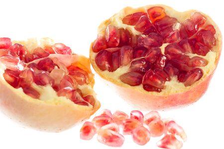 segmentar: segmento de la granada fruta madura aislada en el recorte de fondo blanco