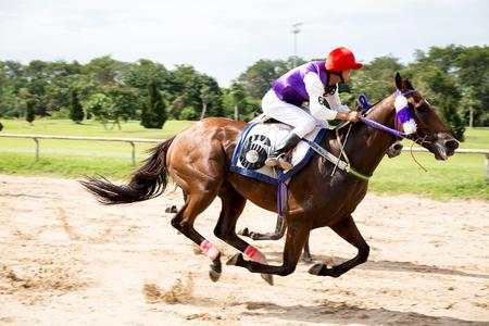 Jockey en paard nemen de leiding in een race Stockfoto