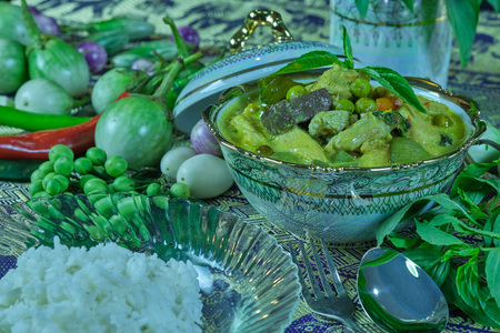 Gang Kiew Wan (Green Curry with chicken) is a popular dish. Has a unique flavor The taste and aroma of various herbs. Can be put chicken, pork, beef, even fish balls. It's delicious too. 免版税图像