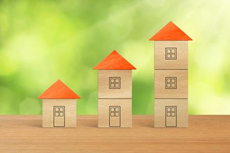 incremento: Las pilas de casas de bloque de madera en un concepto financiero del crecimiento.