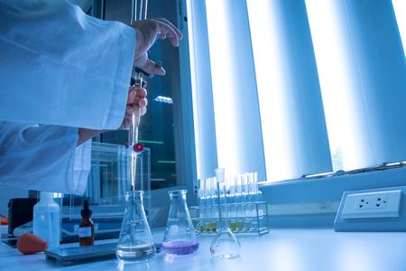 Scientist hand setting up buret or burette in science laboratory Stockfoto