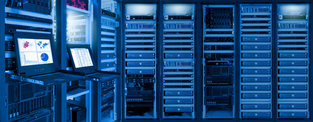 Monitor show information of network traffic and status of devices in data center room Stockfoto