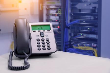 Teléfono VOIP (teléfono IP) en la sala del centro de datos