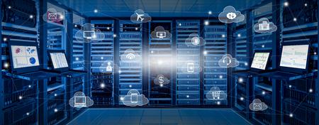 Sala de centro de datos de Internet con servidor y dispositivo de red en armario rack y monitor kvm con gráficos en pantalla e icono de servicios en la nube con líneas de conexión, concepto de computación en la nube